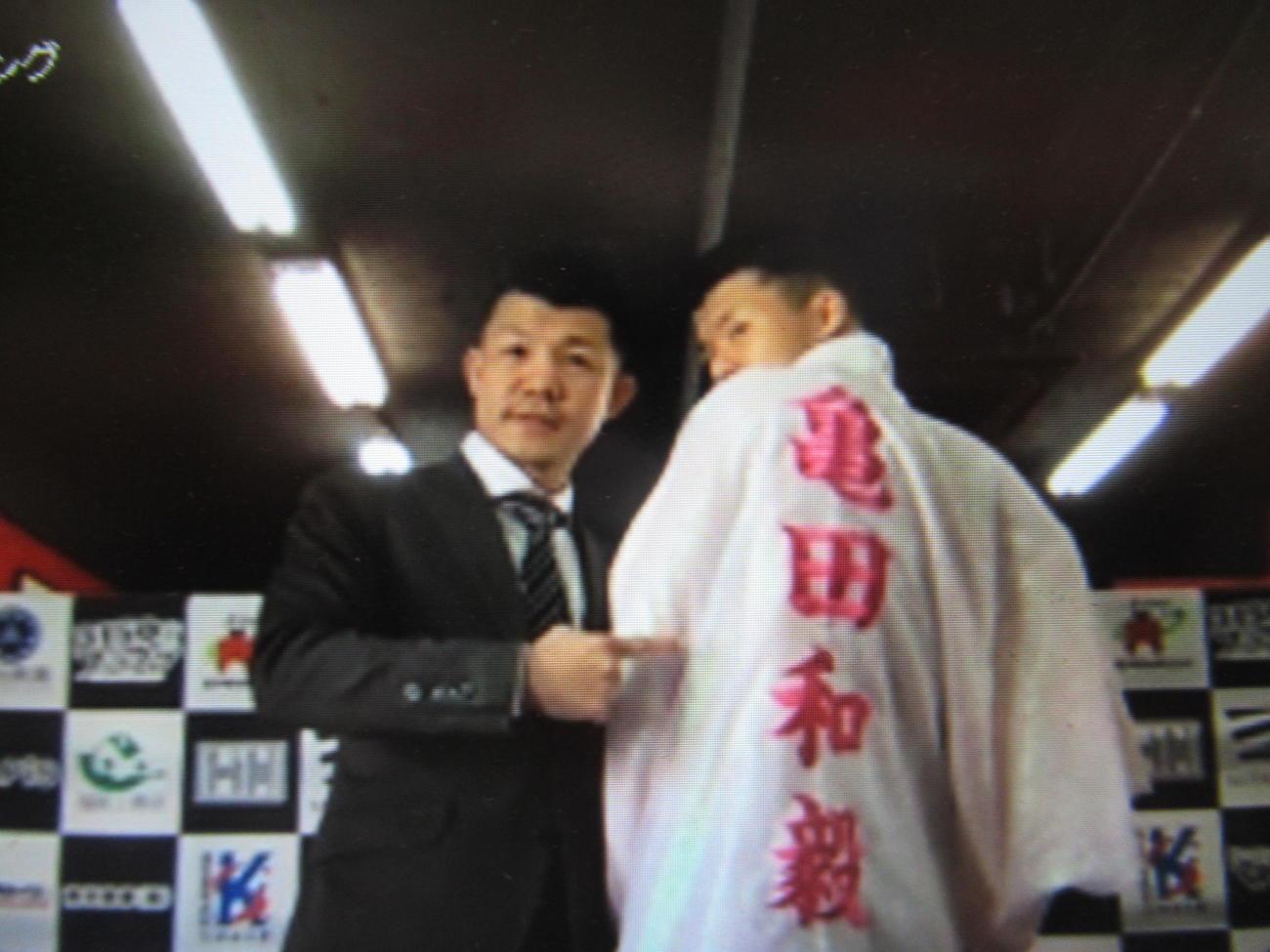 復帰戦に向けて超豪華ガウンを披露した亀田和毅(右)と亀田興毅会長