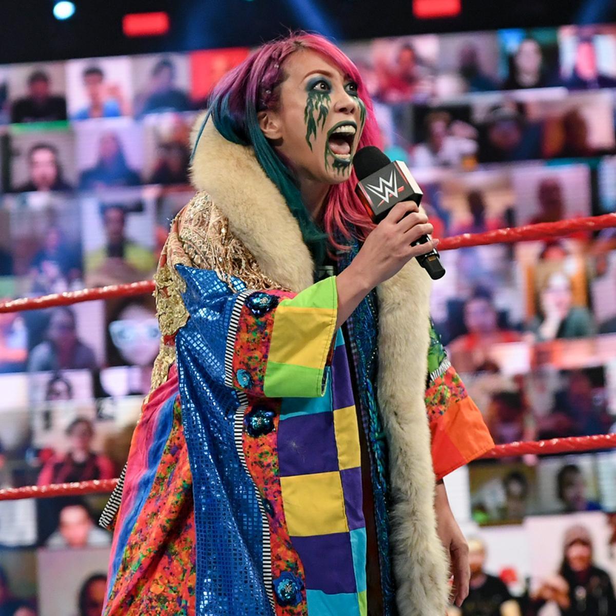 シャーロット・フレアーをののしるアスカ(C )2021 WWE, Inc. All Rights Reserved.