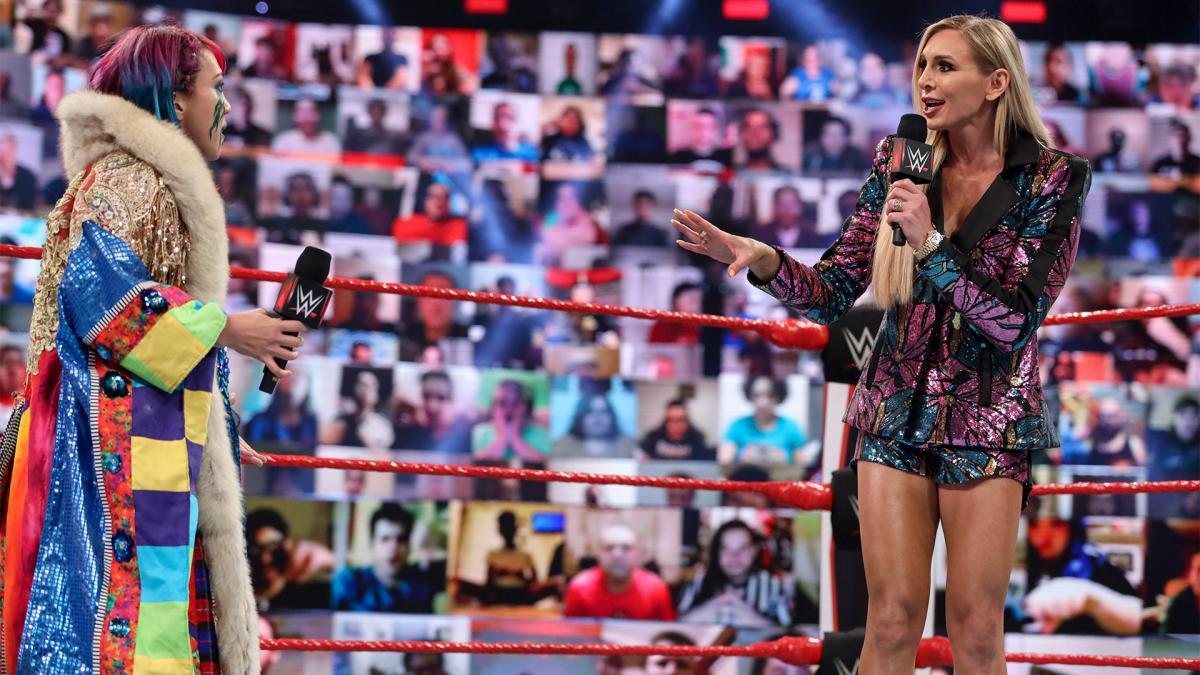 シャーロット・フレアー(右)に挑発を受けるアスカ(C )2021 WWE, Inc. All Rights Reserved.