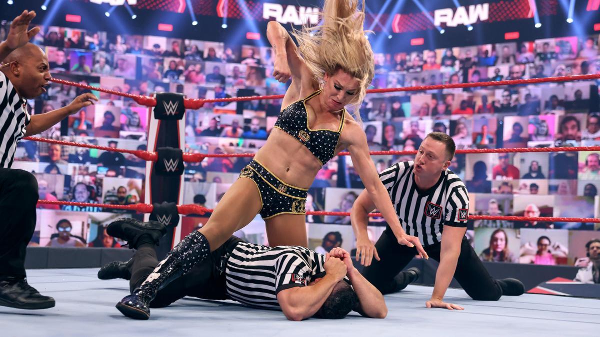 レフェリーに暴行を加えたシャーロット・フレアー(中央)(C)2021 WWE, Inc. All Rights Reserved.