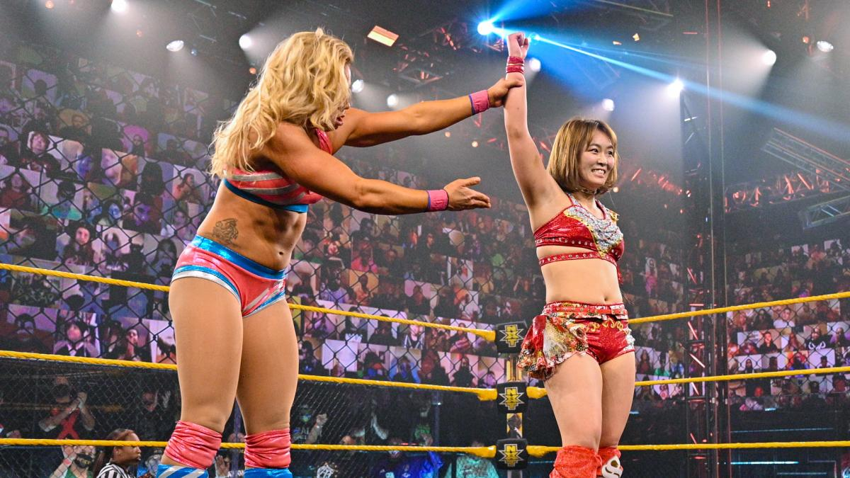 NXTデビュー戦で勝利し、対戦相手のスターク(左)に敬意を表されるサレイ(C)2021 WWE, Inc. All Rights Reserved.