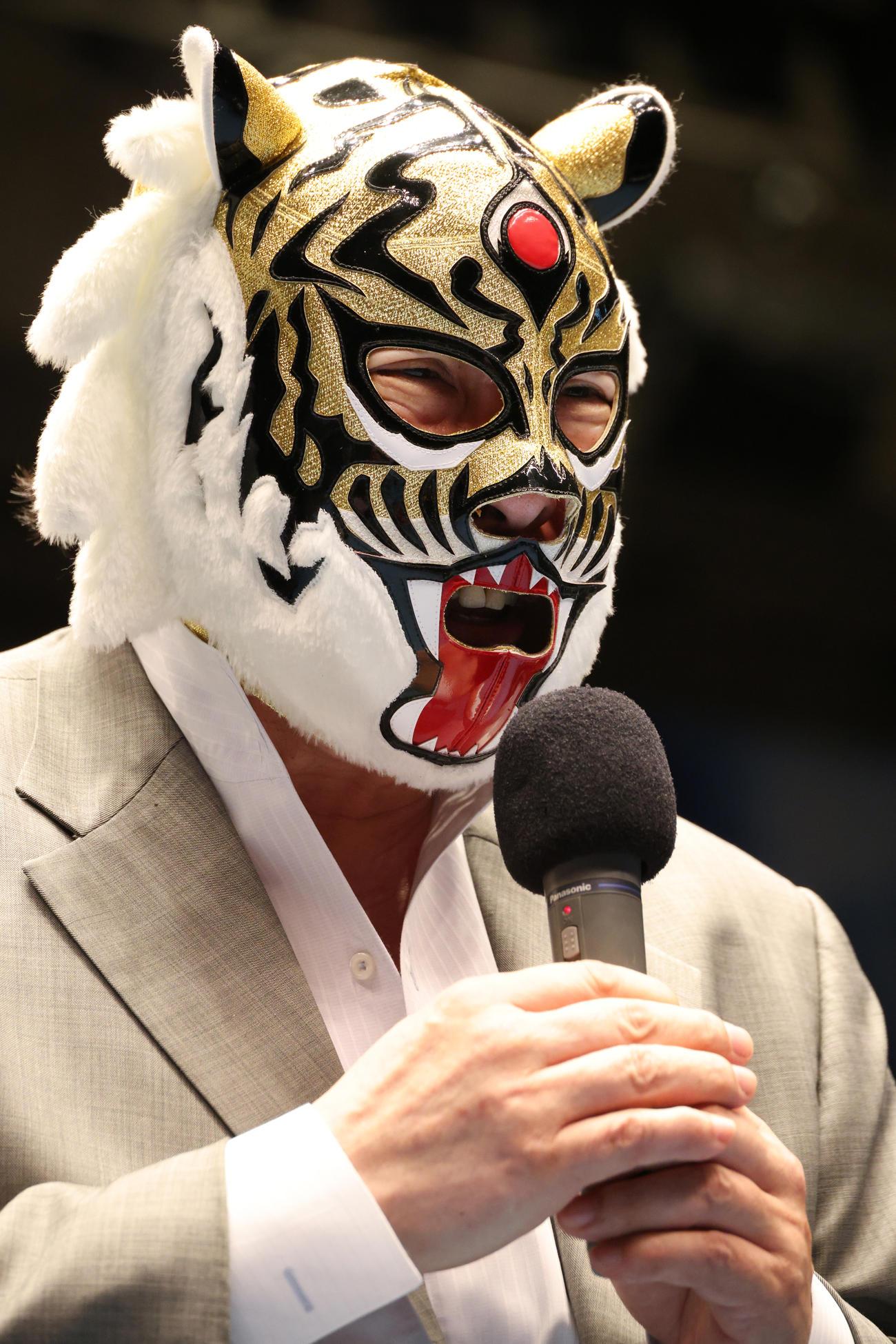 リング上であいさつする初代タイガーマスクの佐山サトル氏(撮影・中島郁夫)
