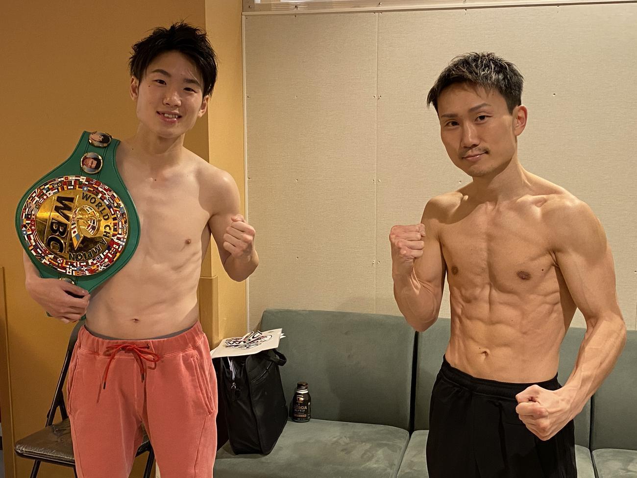 計量を終えた王者寺地(左)と挑戦者の久田(2021・4・23 大阪市内 代表撮影)