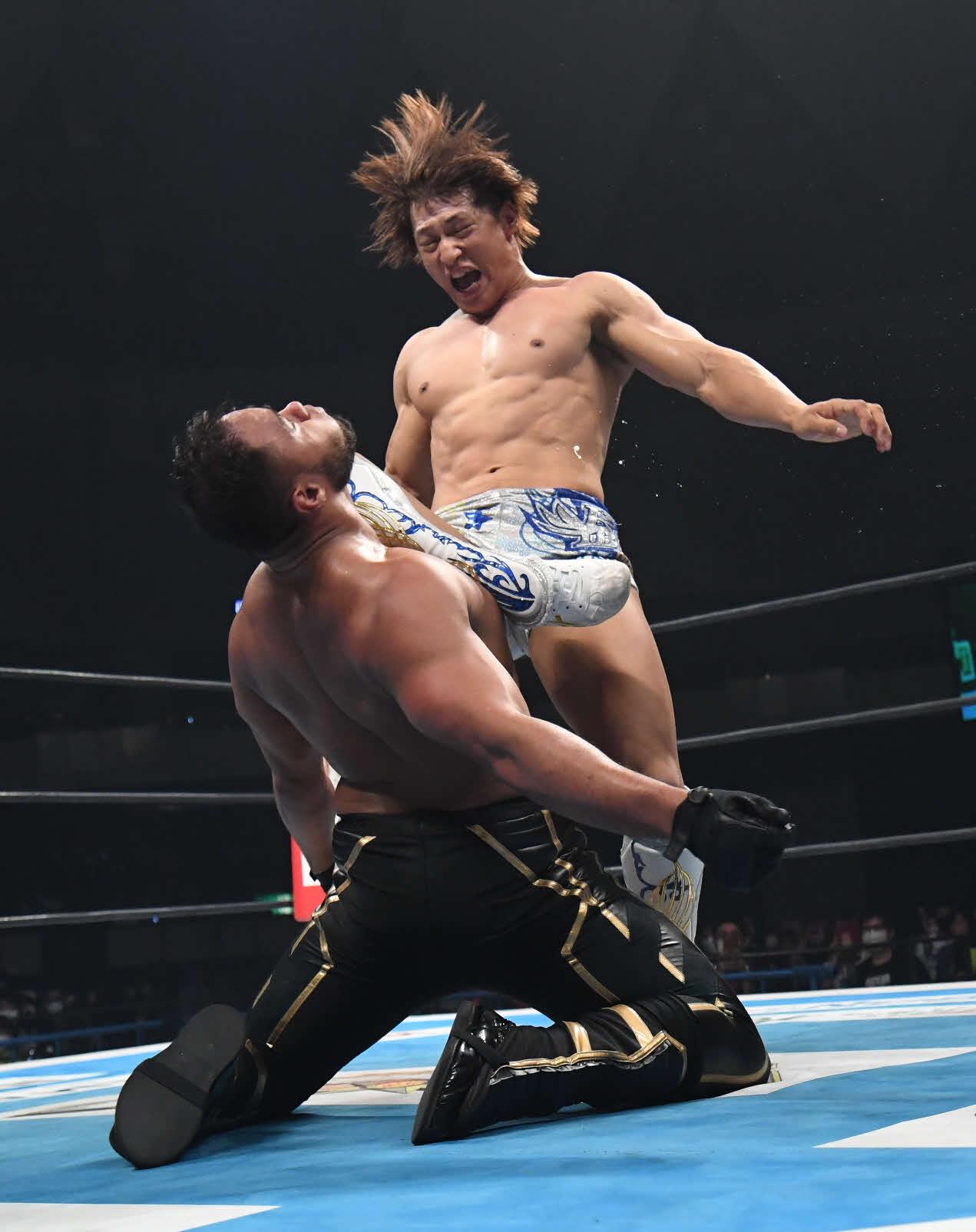 新日本プロレス鹿児島大会 アーロン・ヘナーレにカミゴェをさく裂させる飯伏幸太(新日本プロレス提供)
