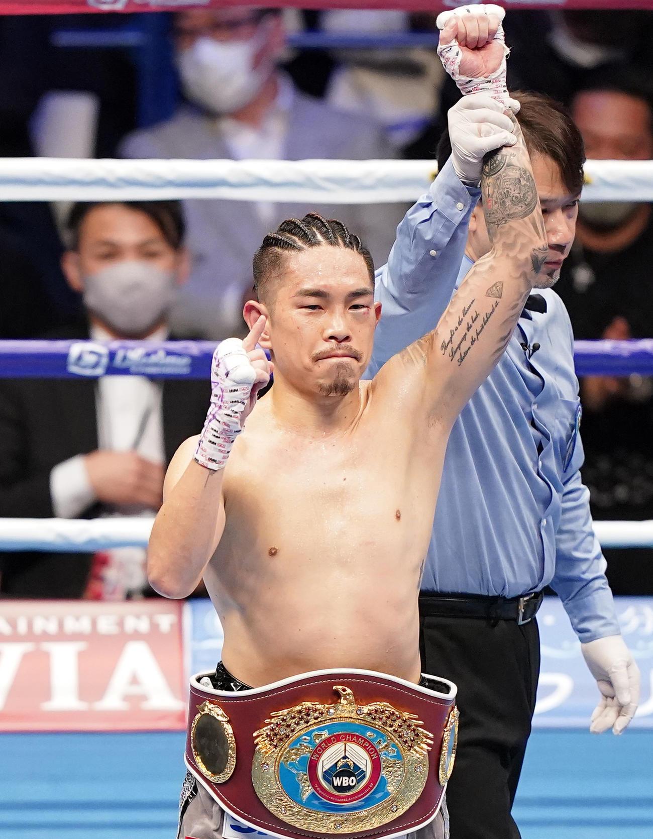20年12月、WBO世界スーパーフライ級タイトルマッチで田中をTKOで破りチャンピオンベルトを腰にポーズをとる井岡