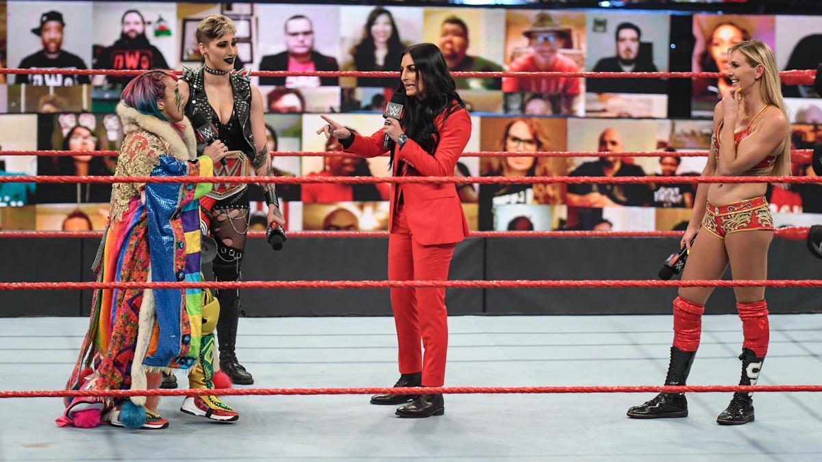 デビル(左から3番目)とフレアー(右端)の前に登場したアスカ(左端)と王者リプリー(C)2021 WWE, Inc. All Rights Reserved.