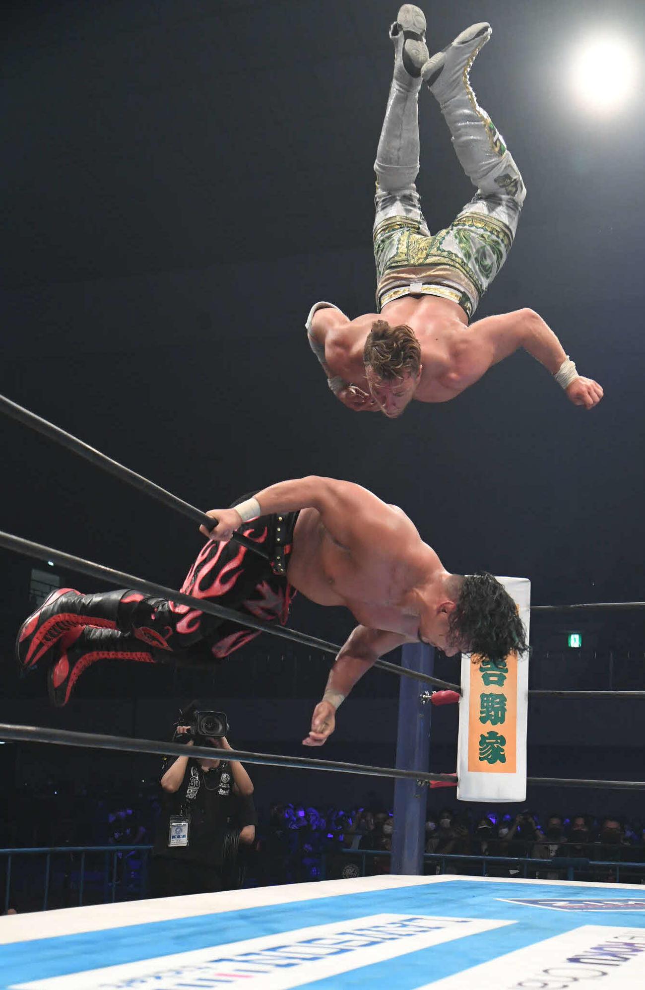新日本プロレス福岡大会 鷹木信悟をロープに乗せ、コーナートップからシューティングスタープレスを決めるウィル・オスプレイ(新日本プロレス提供)