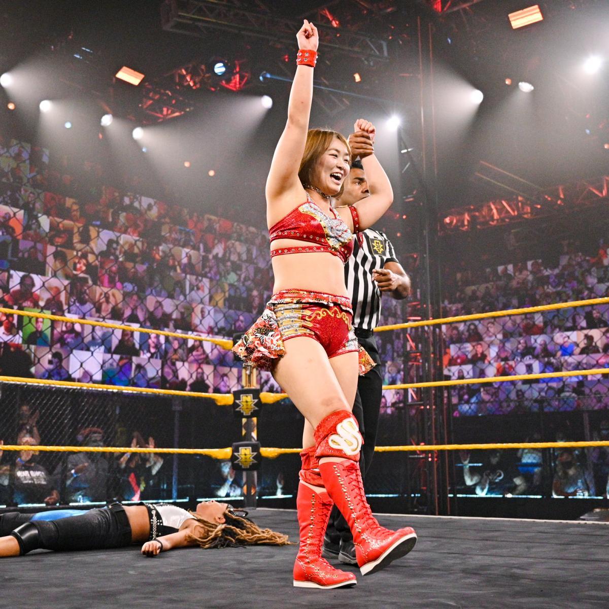 勝ち名乗りを受けるサレイ(C)2021 WWE, Inc. All Rights Reserved.」