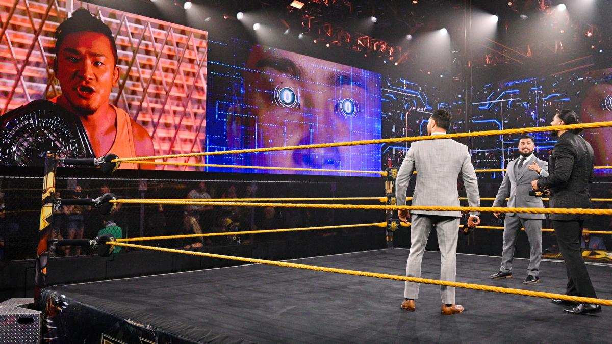 リングに立つ前王者エスコバー(右端)に向け、大型スクリーンからメッセージを送ったNXTクルーザー級王者KUSHIDA(左端)(C)2021 WWE, Inc. All Rights Reserved.