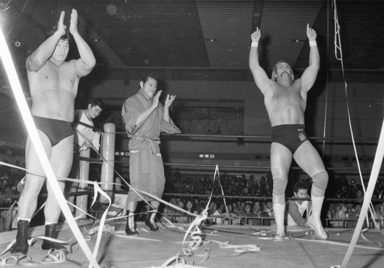 83年11月19日、新日本プロレス千葉大会でリングに上がった左から藤波、アントニオ猪木、ハルク・ホーガン