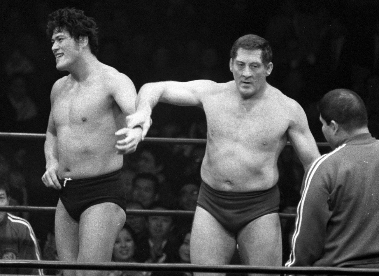 新日本プロレス旗揚げ戦でカール・ゴッチさん(中央)に手を上げられるアントニオ猪木(1972年3月6日撮影)