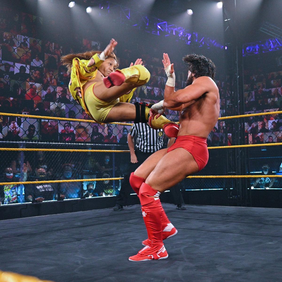 ニース(右)にピンポイントキックを浴びせたイケメン二郎(C)2021 WWE, Inc. All Rights Reserved.