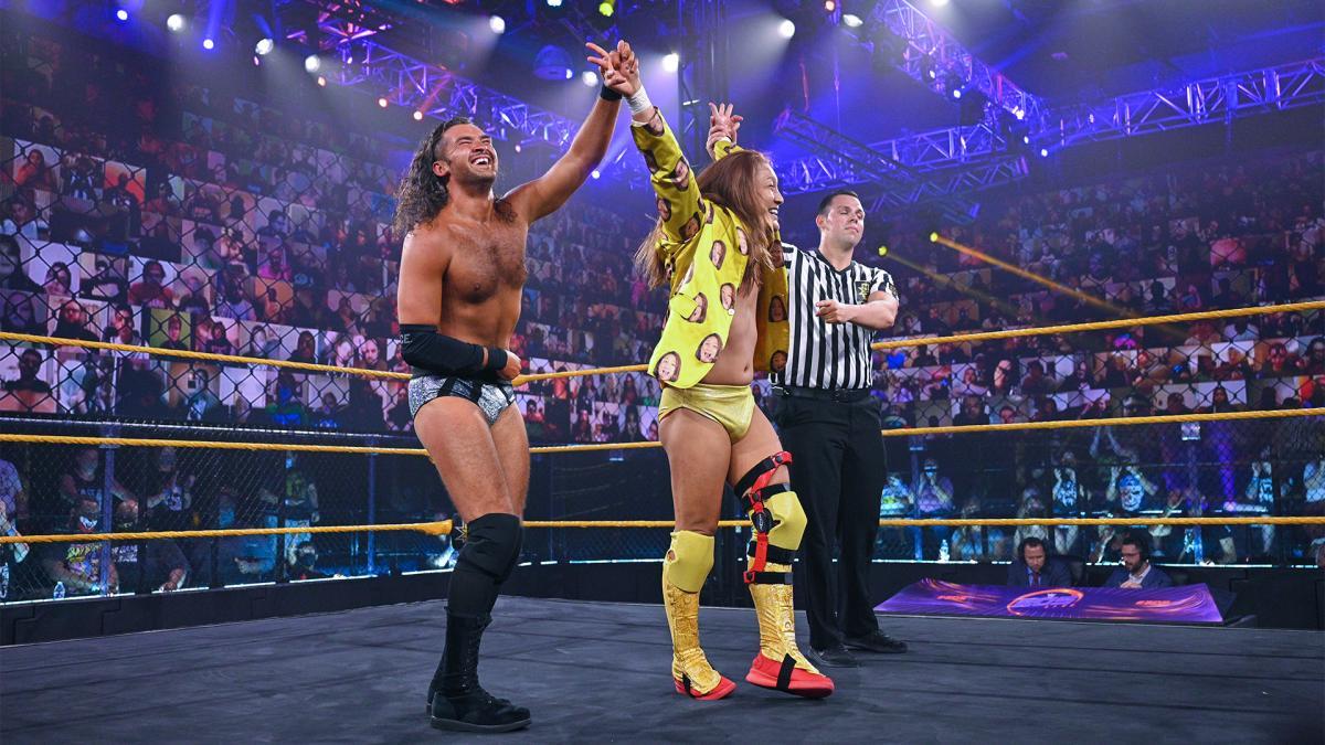 コンビを組んだグレイ(左端)とともに勝ち名乗りを受けたイケメン二郎(中央)(C)2021 WWE, Inc. All Rights Reserved.
