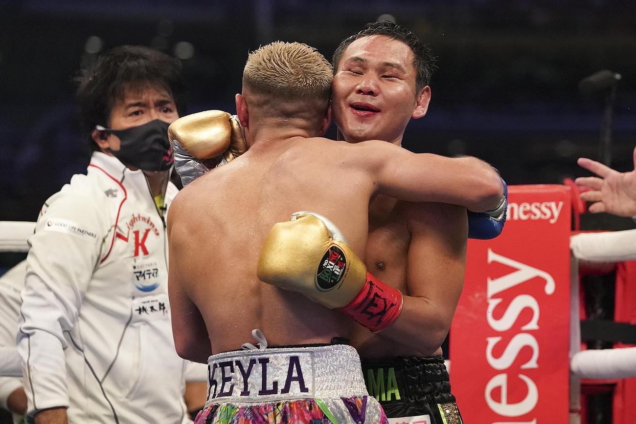 9回TKOで敗れた高山は試合後ソトと抱擁する(AP)