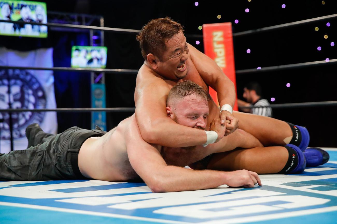 NJPWストロング ジョン・モクスリーにナガタロック2を決める永田裕志(新日本プロレス提供)