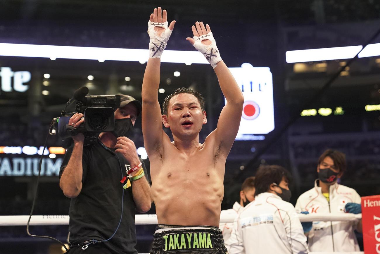 不可解なTKO負けを喫した高山勝成は観客に手を振る(AP)