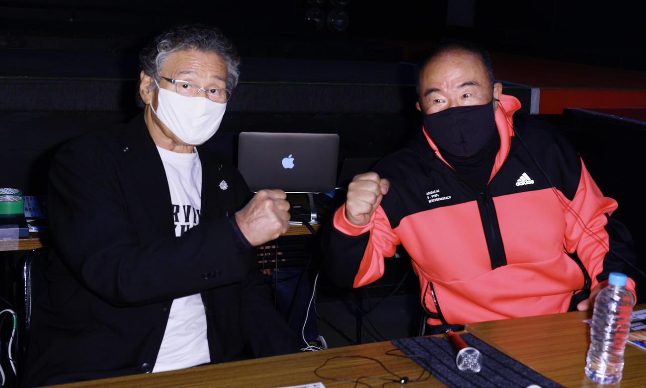 解説者席で越中詩郎(右)とポーズを決める天龍源一郎(撮影・中島郁夫)