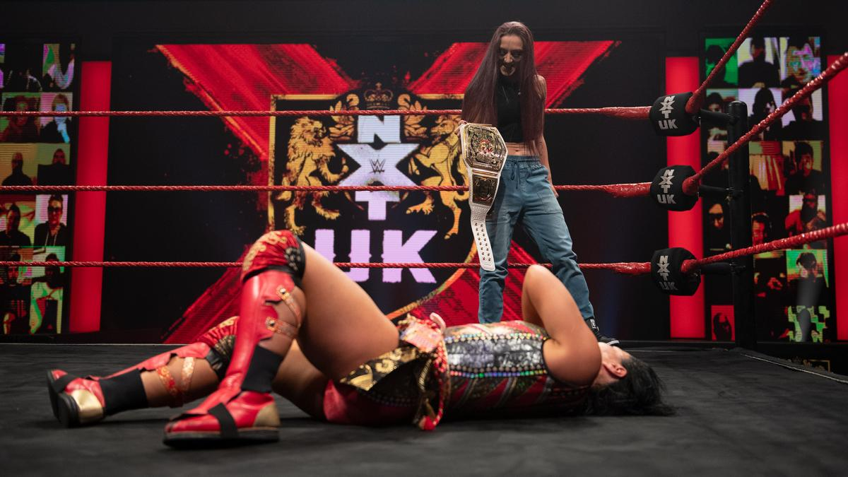 NXT UK女子王者レイ(奥)のスーパーキックを浴びて倒れる里村(C)2021 WWE, Inc. All Rights Reserved.