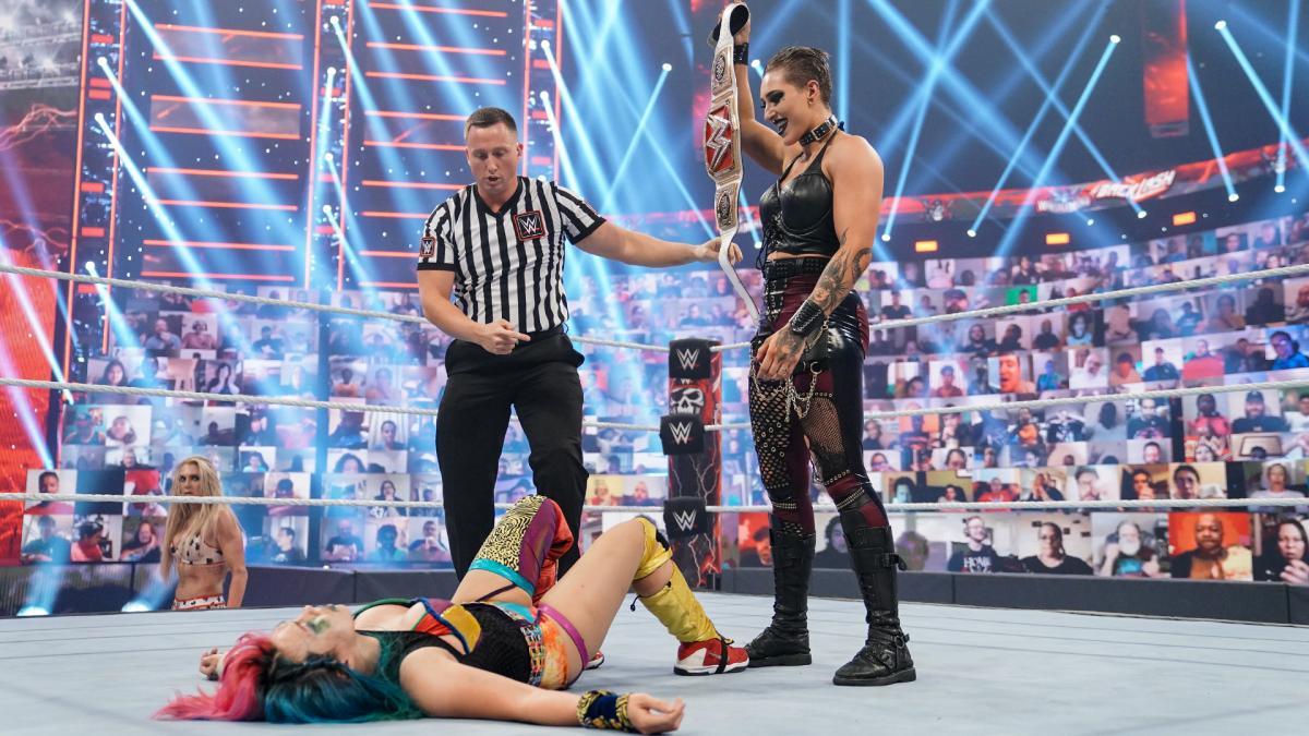 ロウ女子王者リプリー(右端)にベルトを掲げられたアスカ(左手前)(C)2021 WWE, Inc. All Rights Reserved.