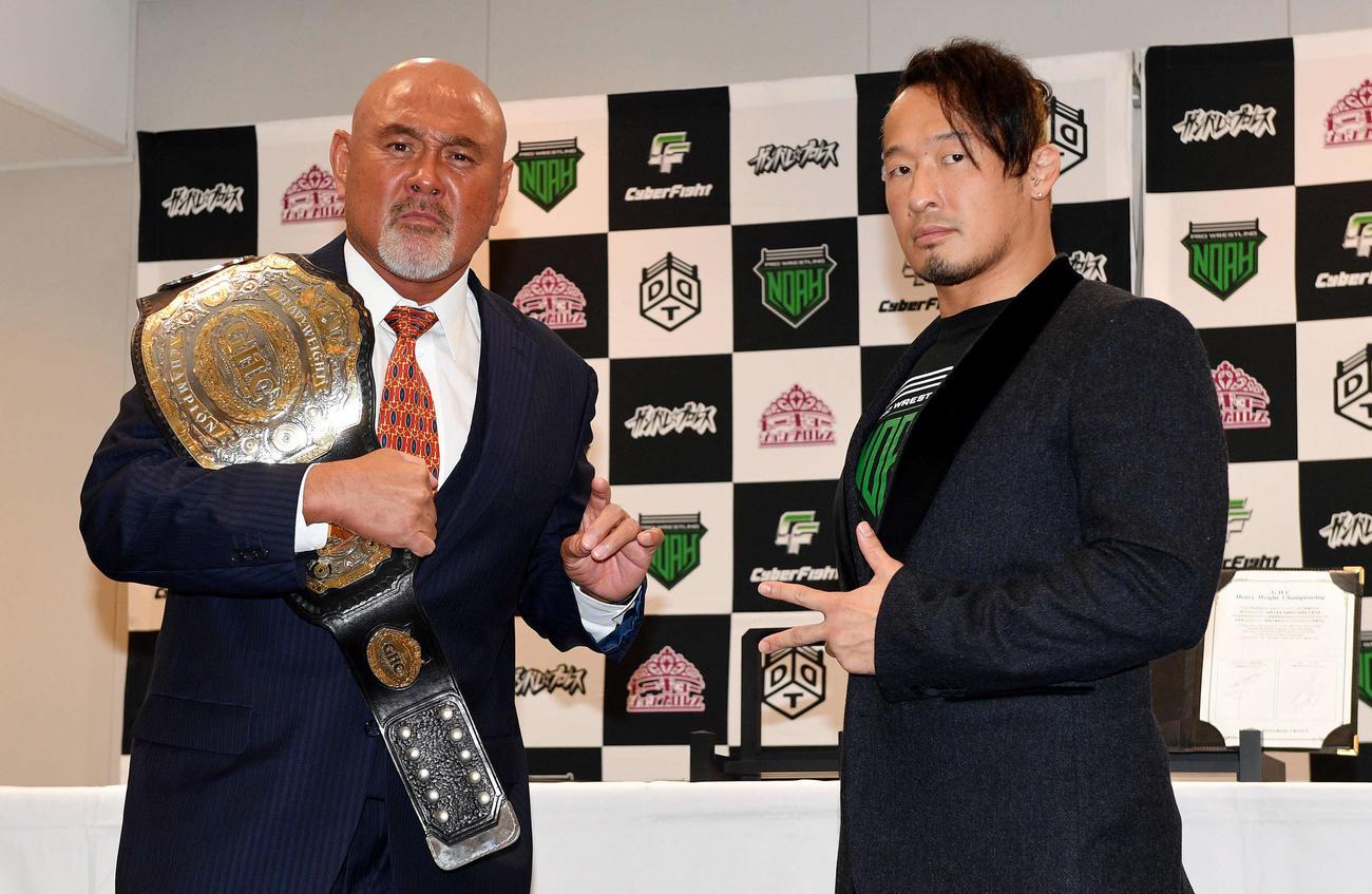 調印式を終えポーズを決める武藤敬司(左)と丸藤正道(撮影・滝沢徹郎)