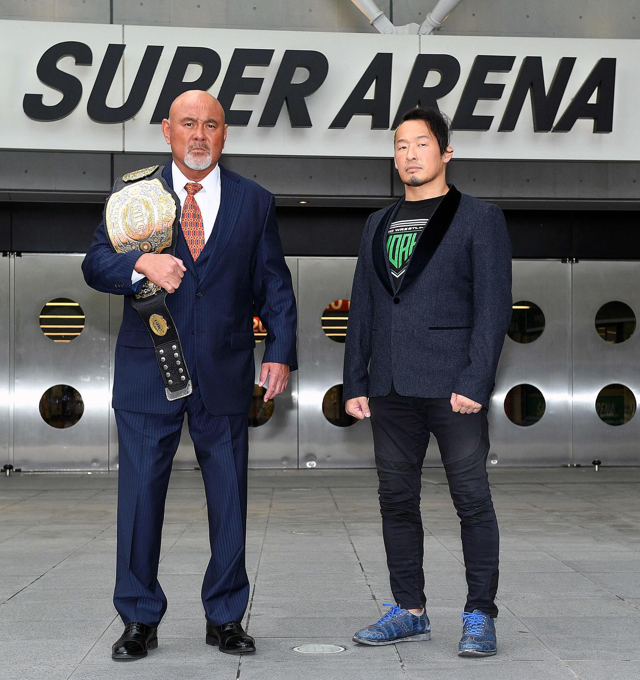 さいたまスーパーアリーナの前でポーズを決める、武藤敬司(左)と丸藤正道(撮影・滝沢徹郎)