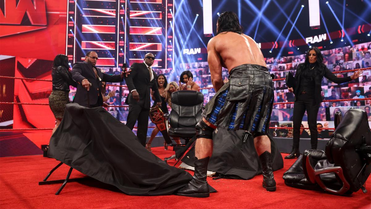両手剣で調印式のテーブルを真っ二つにするマッキンタイア(手前)(C)2021 WWE, Inc. All Rights Reserved.