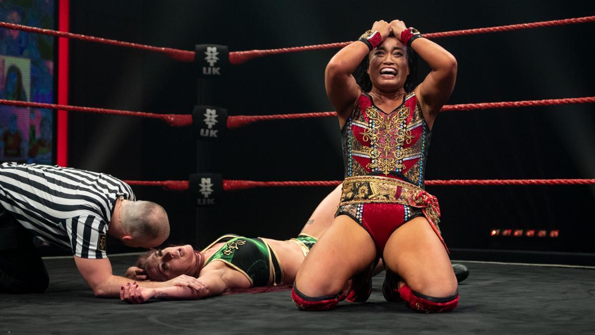 王者レイ(後方)から3カウントを奪い、達成感いっぱいの表情をみせた里村(C)2021 WWE, Inc. All Rights Reserved.
