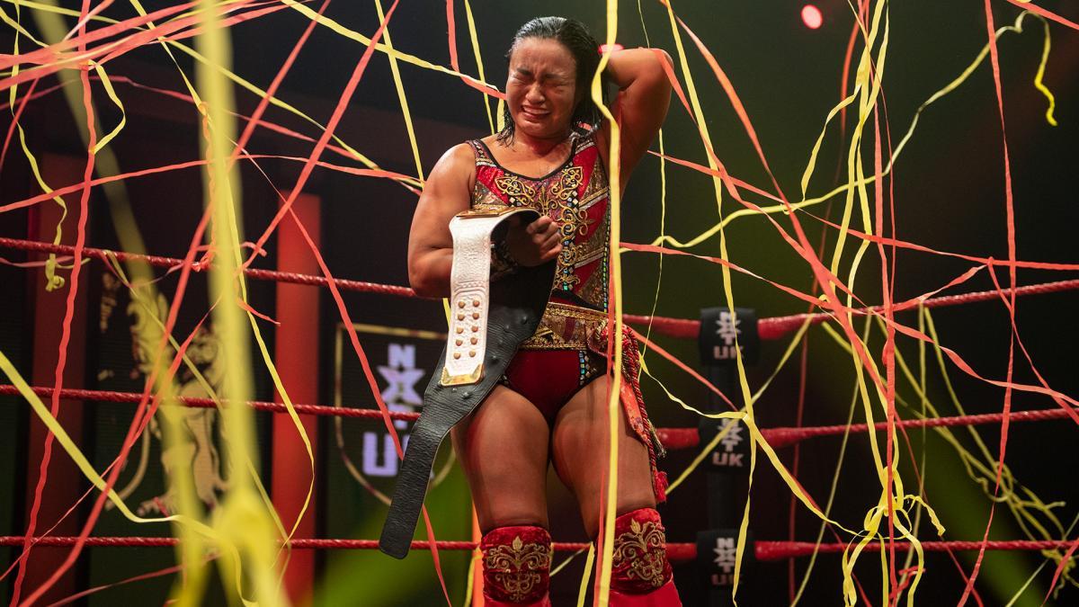 紙テープが飛ぶ中、王座戴冠に感無量の新NXT UK女子王者里村明衣子(C)2021 WWE, Inc. All Rights Reserved.