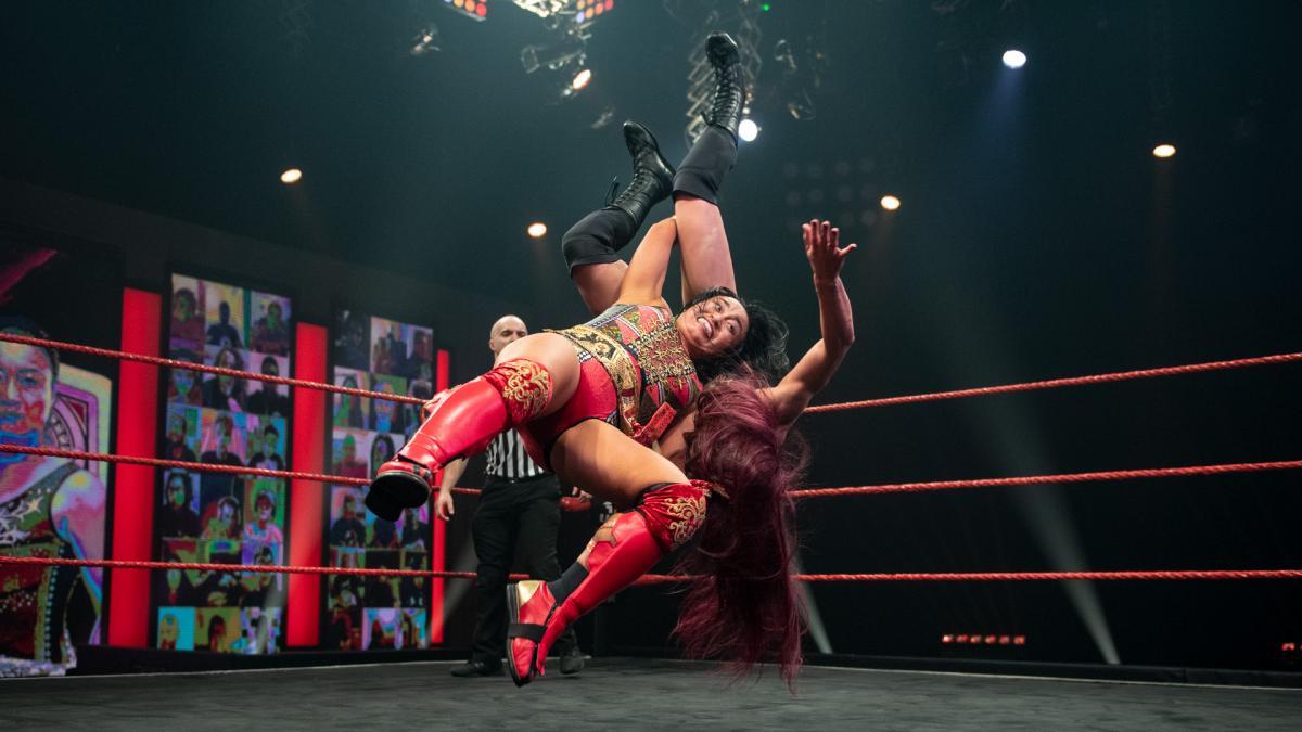 王者レイ(右)にデスバレーボムを仕掛けた里村(C)2021 WWE, Inc. All Rights Reserved.