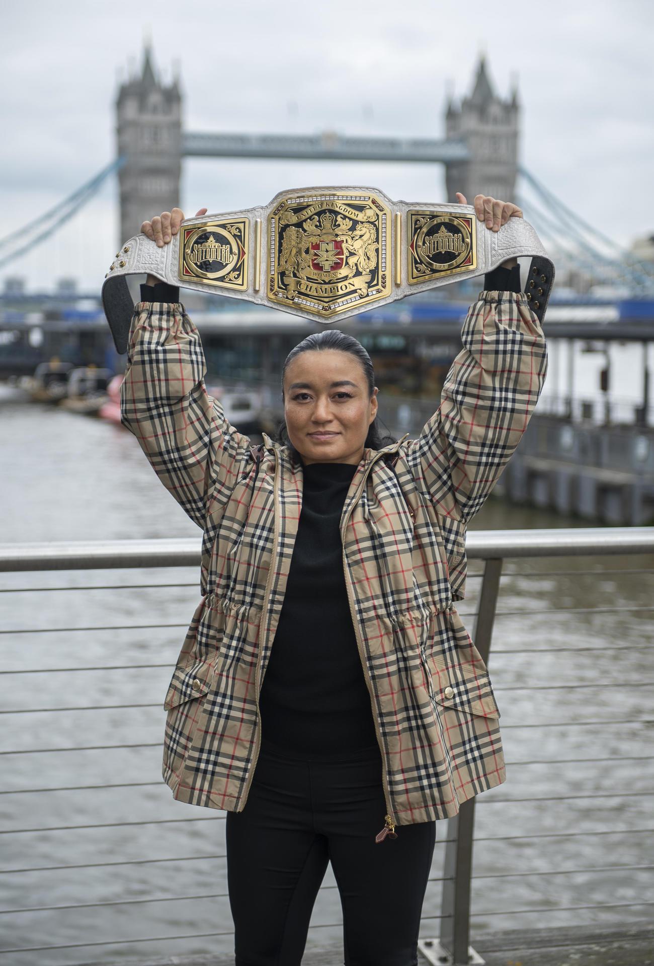 ロンドン市内でNXT UK女子ベルトを掲げる王者里村明衣子(C)021 WWE, Inc. All Rights Reserved.