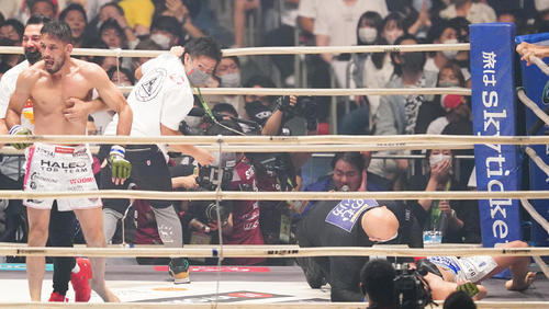クレベル(左から2人目)に三角絞めで敗れた朝倉未来(撮影・菅敏)