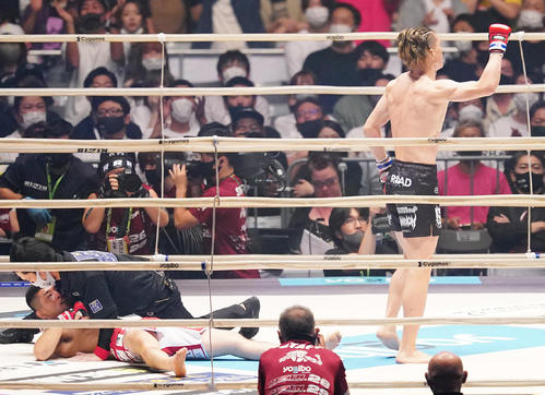 石渡(左)をTKOで勝利しガッツポーズを見せる井上(撮影・菅敏)