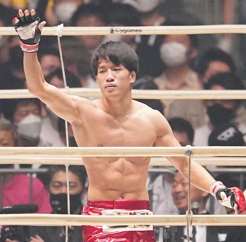 渡部をKOで破り、ファンの拍手に応える朝倉(撮影・菅敏)