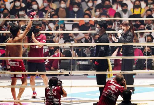 朝倉海対渡部戦のリングアナを務める中川翔子(撮影・菅敏)