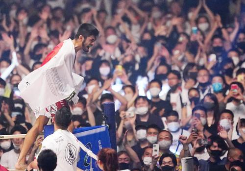 ムサエフに勝利し、コーナーに上がり雄たけびを上げるソウザ(撮影・菅敏)