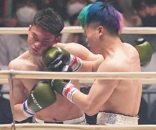 1人目の大崎(左)にパンチを浴びせる那須川撮影・菅敏)