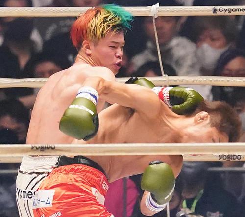 3人目の所(右)の頭部にパンチをさく裂する那須川(撮影・菅敏)