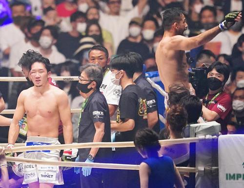 クレベル(右端)に三角絞めで敗れた朝倉未来は、肩を落とす(撮影・菅敏)