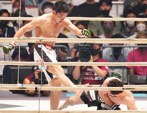 倒れ込んだケラモフ(右)にキックを見舞う斎藤(撮影・菅敏)