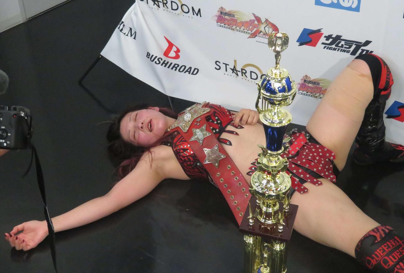 スターダム大田区大会 ワールド・オブ・スターダム選手権で、5度目の防衛に成功した林下詩美は、試合後バックステージで倒れ込む(撮影・松熊洋介)