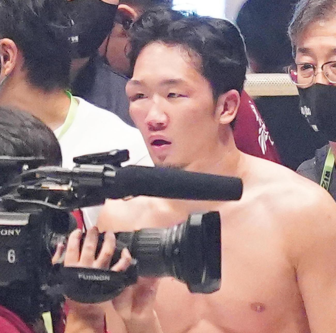 クレベルに敗れた朝倉未来は、目の上を腫らし引き揚げる(撮影・菅敏)
