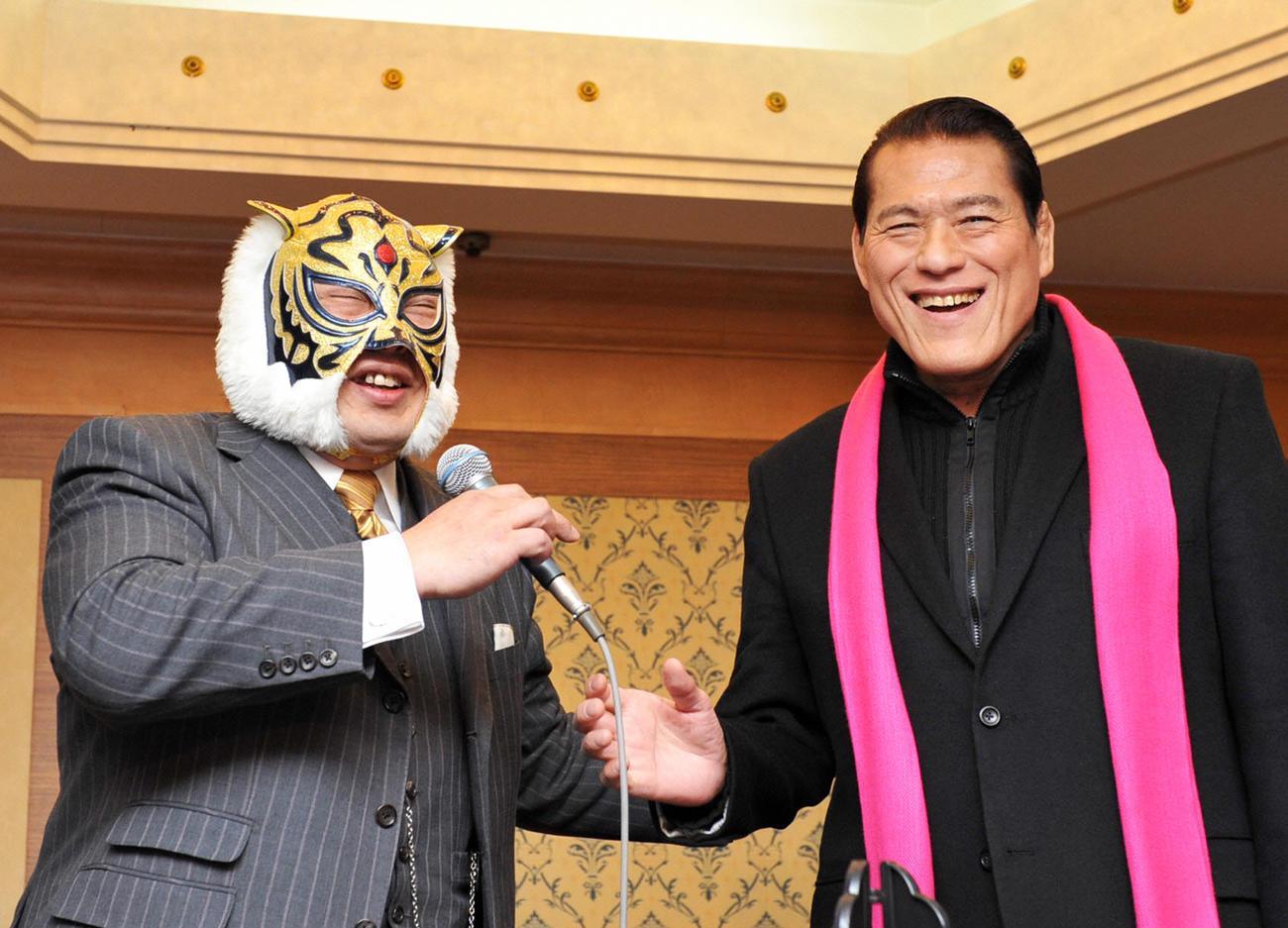 笑顔を見せるアントニオ猪木(右)と初代タイガーマスク(2011年1月17日撮影)