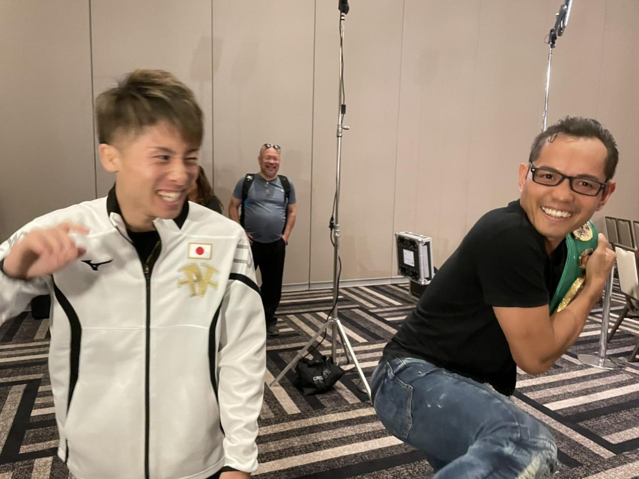 WBCベルトを奪おうとするポーズをみせた井上(左)は、ドネアのベルトを隠す動きに笑顔(大橋ジム提供)