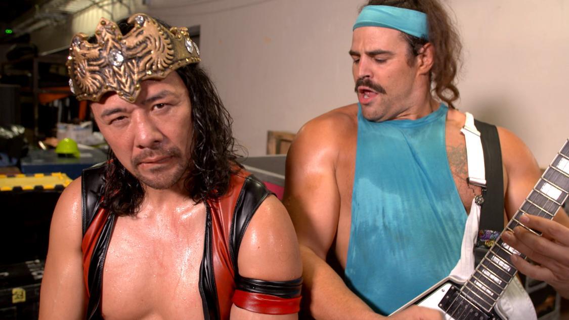王冠争奪戦を制し、晴れてキングの称号となる王冠を装着した中邑(左)。右は仲間のリック・ブーグス(C)2021 WWE, Inc. All Rights Reserved.