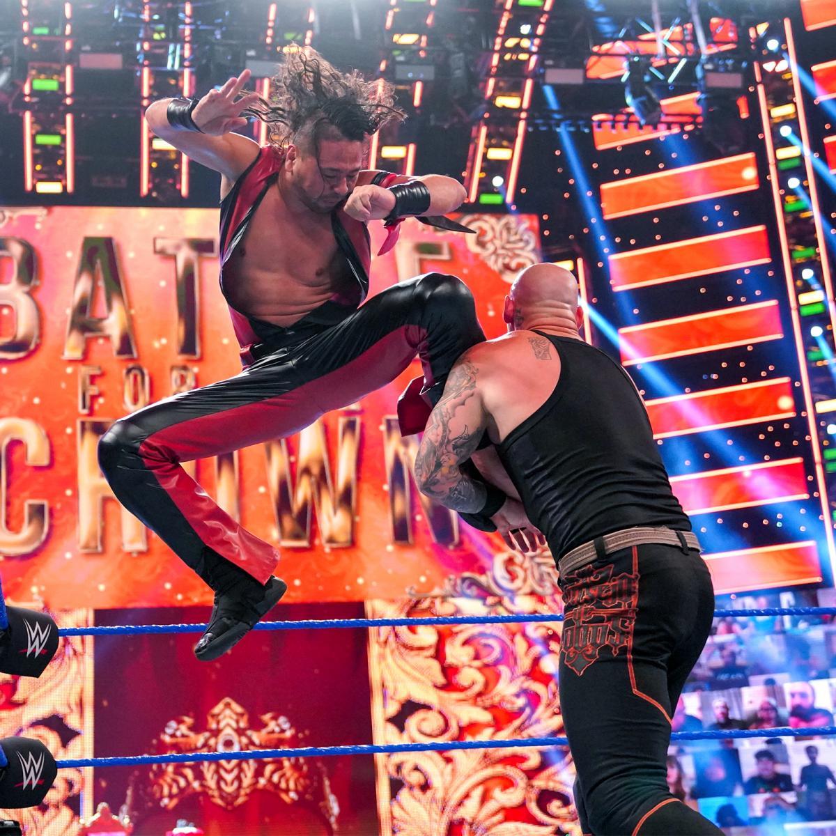コービン(右)にダイビング・ニーを放った中邑(C)2021 WWE, Inc. All Rights Reserved.