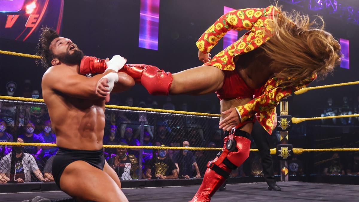 元クルーザー級王者ニース(左)にスーパーキックを放ったイケメン二郎(C)2021 WWE, Inc. All Rights Reserved.