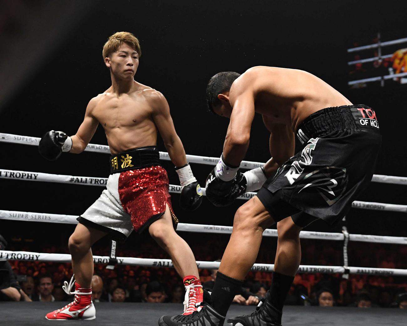 1回、パヤノ(右)に右ストレートを打ち込んでダウンを奪い、そのままKO勝ちする井上(2018年10月7日撮影)
