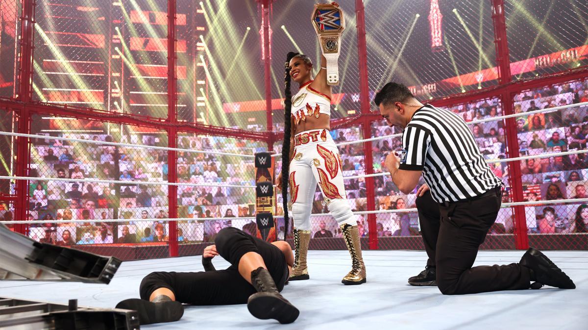 挑戦者ベイリー(左手前)を下し、ベルトを掲げるスマックダウン女子王者ブレア(中央)(C)2021 WWE, Inc. All Rights Reserved.