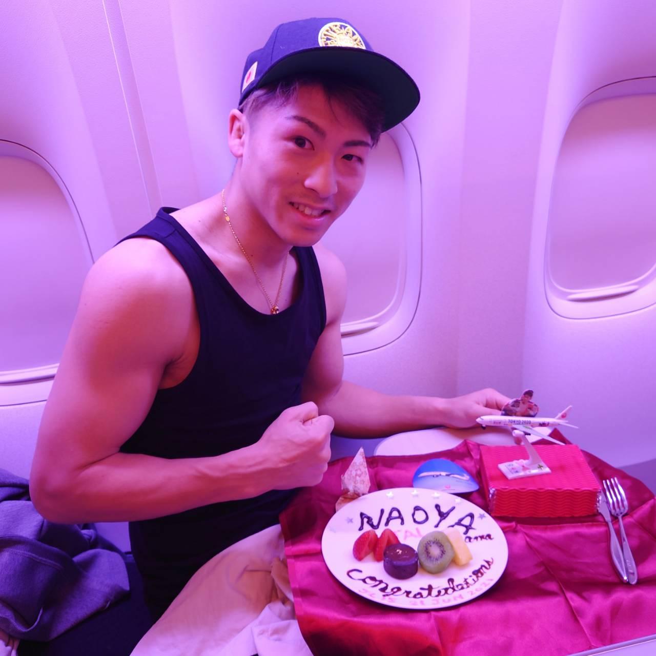 機内で日本航空の搭乗員からラスベガスでの防衛成功を祝ってもらった井上尚弥(大橋ジム提供)