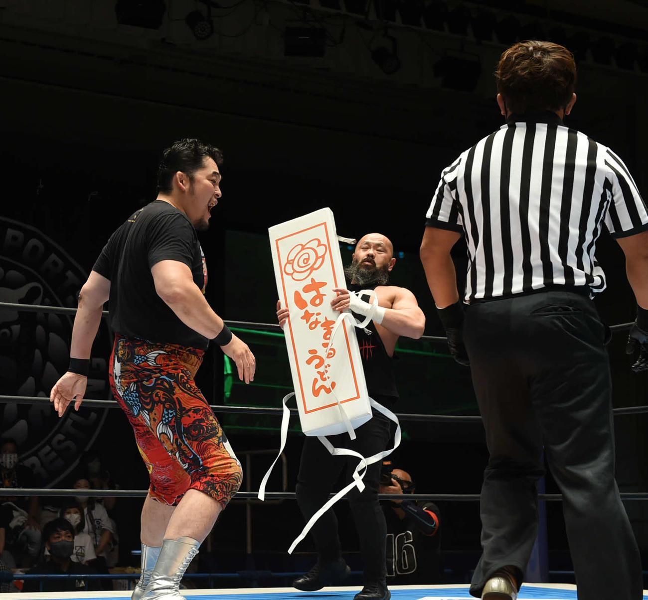 新日本プロレス後楽園大会 外道(中央)にコーナーパッドを渡し、攻撃を仕掛ける矢野通(左)(新日本プロレス提供)